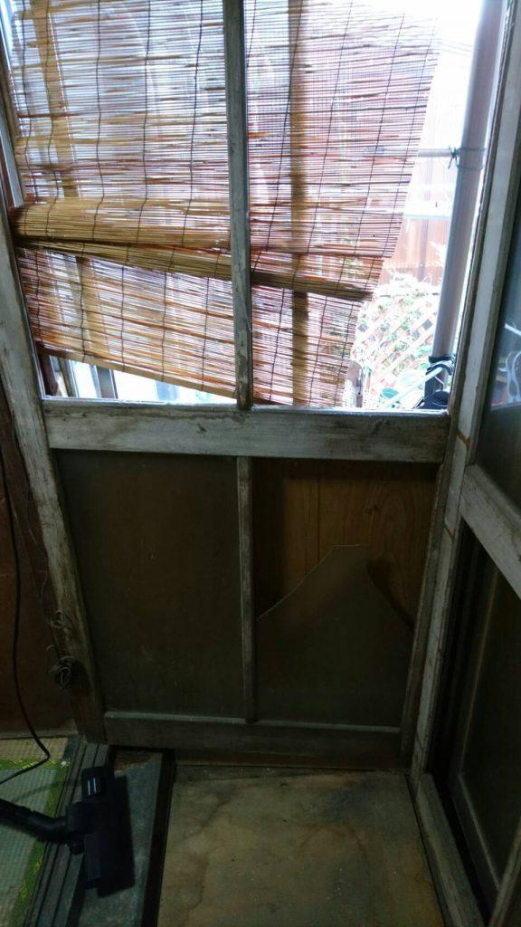 岡山市北区平田の粗大ゴミ片付け_勝手口の冷蔵庫を撤去した後