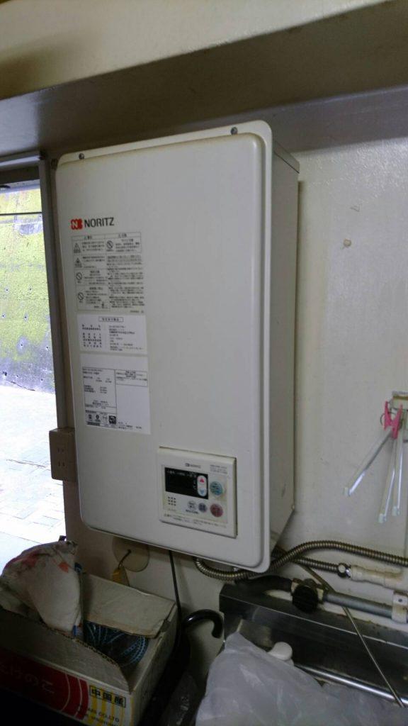 岡山市中区湊_片付け前のガス給湯器